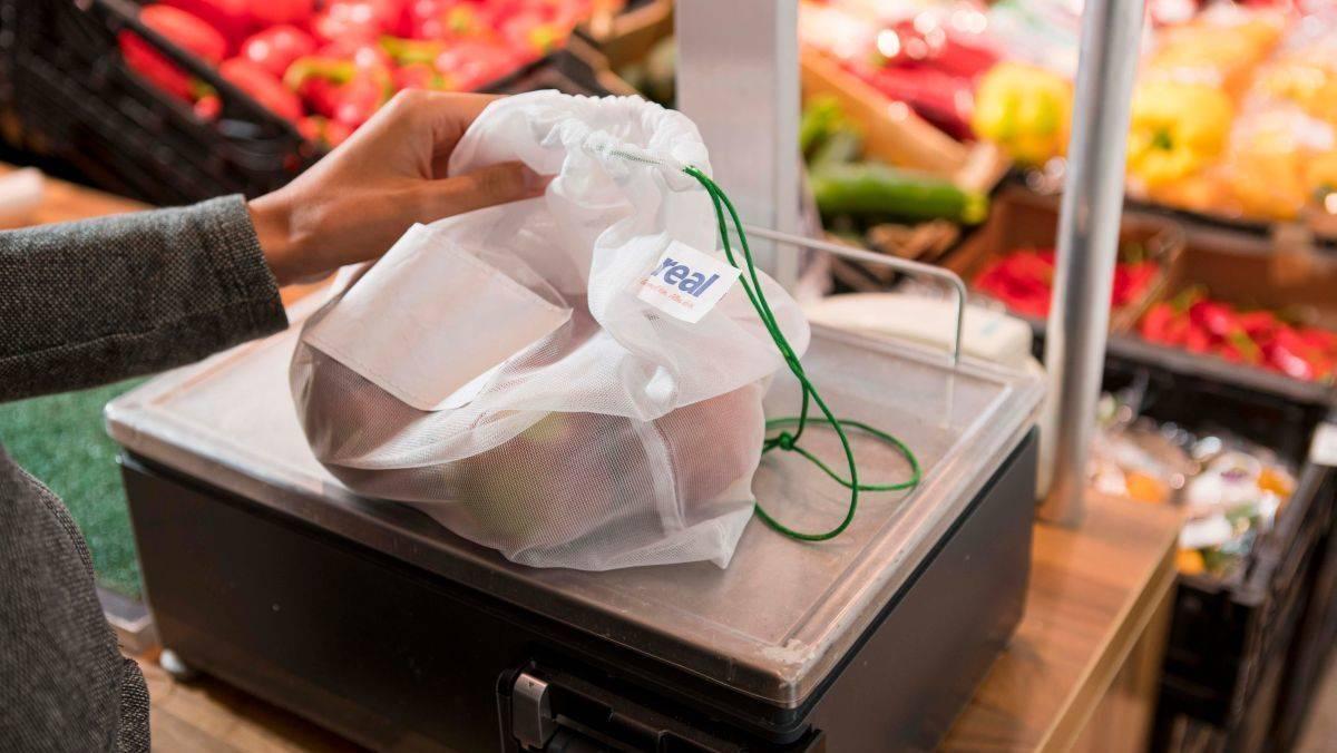 138ab3c8489 Terwijl men stapsgewijs overstapt van plastic zakjes op herbruikbare netten  zal men de klanten bovendien ook altijd een gratis alternatief blijven  bieden.